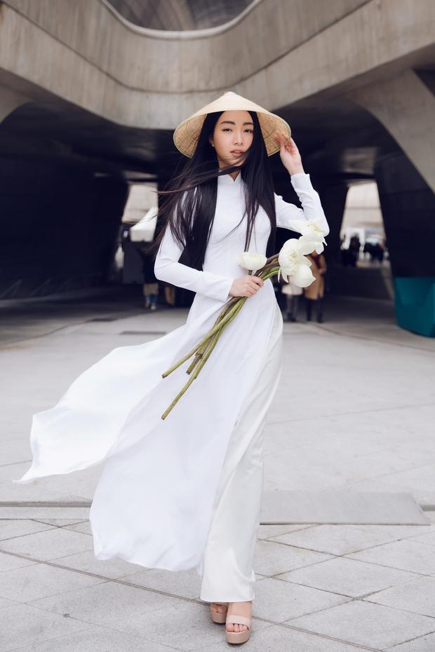 Vóc dáng chuẩn giúp Ngọc Trân tỏa sáng hết mức có thể trong tà áo dài truyền thống.