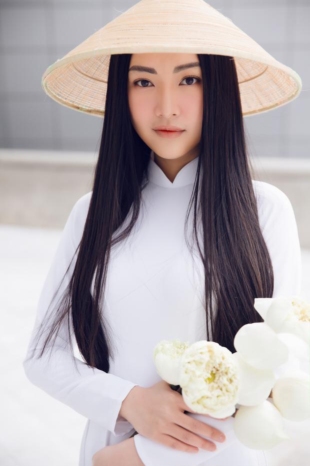 Người đẹp khoe vẻ đẹp thuần Việt với mái tóc dài kết hợp với nón lá và hoa sen…