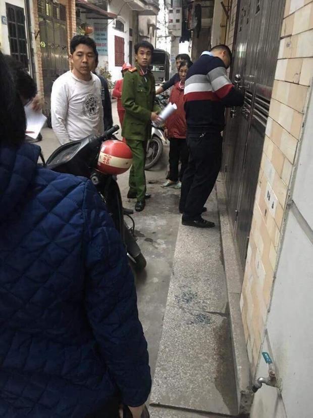 Người dân tập trung quanh căn nhà để theo dõi vụ việc.