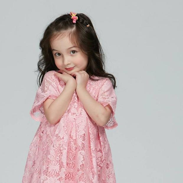 Không thể ngờ sau 5 năm, bé gái lai nổi tiếng ngày nào đã lớn và xinh đẹp như thế này