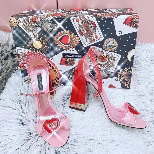 Và rồi lại thêm một đôi nữa…Đó chỉ là một trong số vài đôi của gia tài phụ kiện màu hồng của Ngọc Trinh mà thôi.
