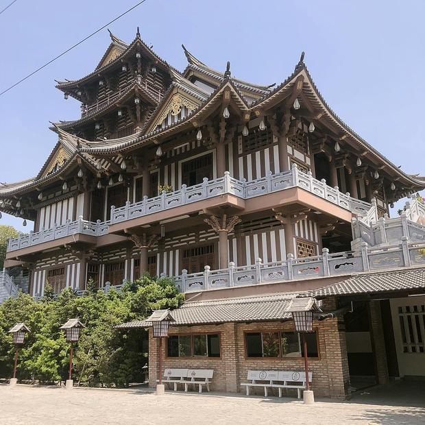 Mái ngói cong mang đậm phong cách văn hóa của người Nhật.