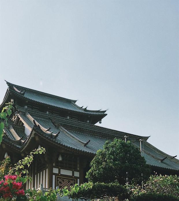 Khu chánh điện được xây dựng 4 tầng bằng vật liệu gỗ và đá.