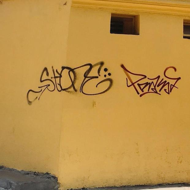 Chưa đầy 1 tháng sơn sửa, bức tường vàng Cối Xay Gió Đà Lạt tiếp tục bị vẽ bậy gây bức xúc