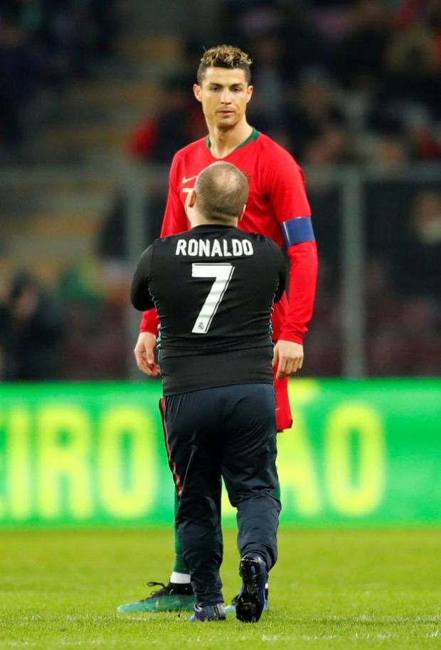 Fan hâm mộ tiếp theo tiếp cận với chiếc áo đấu của Ronaldo