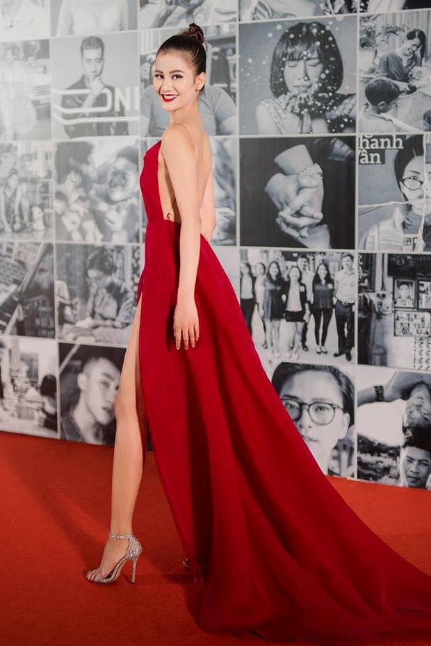 Người mẫu Hương Ly cũng từng gây chú ý trên thảm đỏ Wechoice 2017 với chiếc váy đỏ rực khoe trọn tấm lưng trần nõn nà này.
