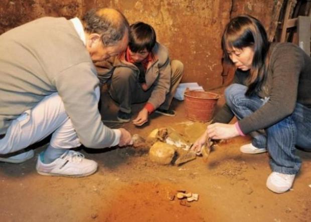 Các nhà khảo cổ đang khai quật hài cốt của Tào Tháo. Ảnh Sohu