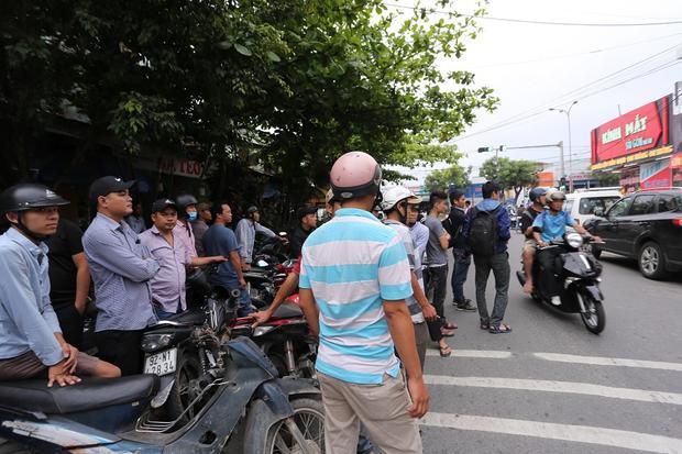 Nhiều người dân tập trung theo dõi vụ việc.