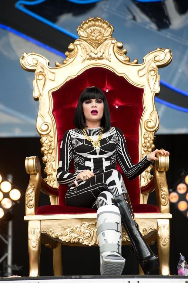 Bất chấp bị chấn thương chân nặng nề phải bó bột, nữ ca sĩ vẫn cháy hết mình vì khán giả.