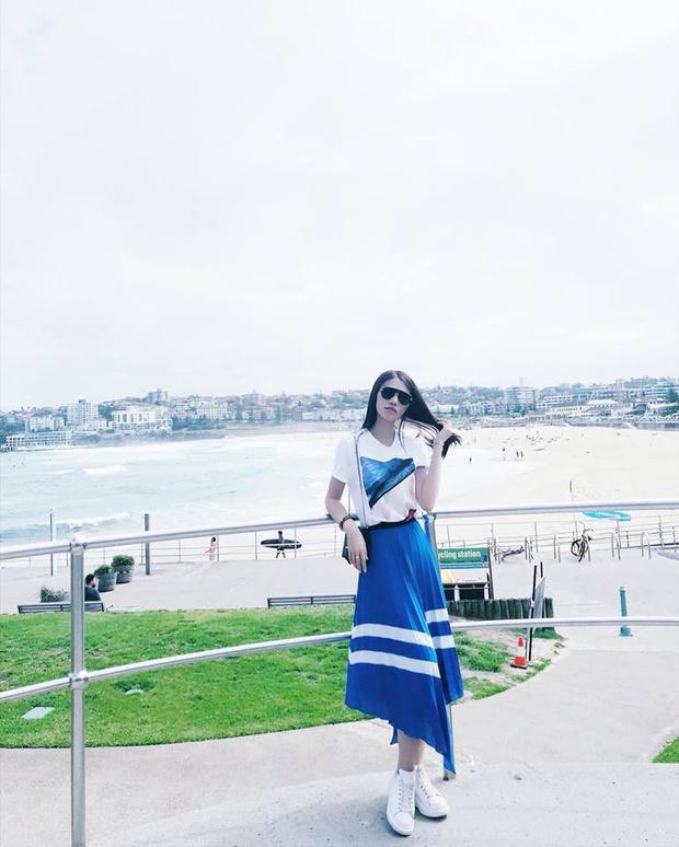 Hoa hậu Jolie Nguyễn có chuyến du lịch vào những ngày cuối tháng3. Trên trang cá nhân, cô khoe phong cách trẻ trung trong bộ cánh tông xanh trắng.