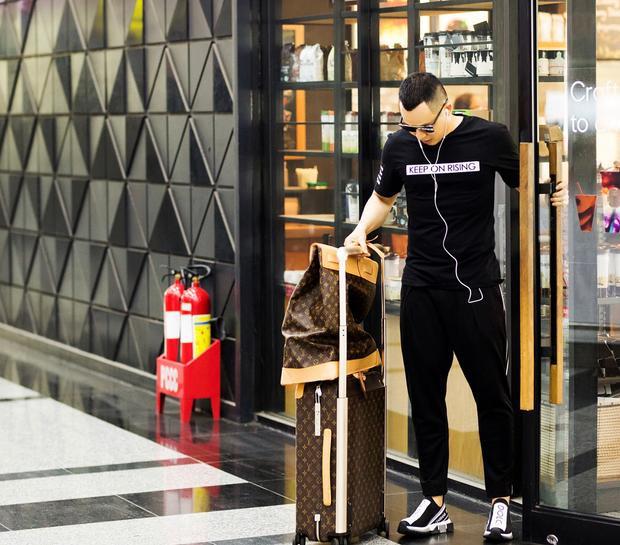 Ông trùm chân dài - Vũ Khắc Tiệp bảnh bao với set đồ gồm áo phông và quần jeans đen. Đặc biệt, đôi sneaker Dolce & Gabbana mới nhất của hãng, có giá gần 16 triệu đồng mà anh đang mang khiến set đồ được nâng tầm hết mức.