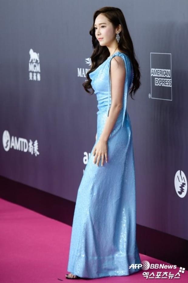 Cựu thành viên SNSD mặc một chiếc váy xanh sang trọng, thần thái quyến rũ, thu hút mọi ánh nhìn.