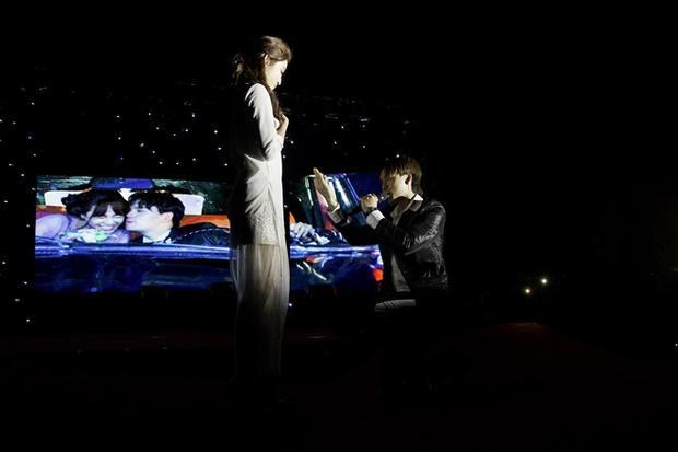"""Một trong những điểm nhấn thú vị nhất của chương trình chính là màn """"cầu hôn"""" bất ngờ ngay trên sân khấu mà Nguyễn Trần Trung Quân dành cho Á hậu Huyền My."""