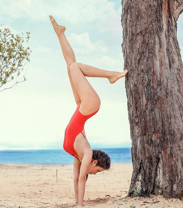 Cho đến kiểu áo tắm một mảnh ôm sát. Ngoài yoga, cô nàng cũng kết hợp với gym để có được số đo 3 vòng hoàn hảo: 84-61-95.