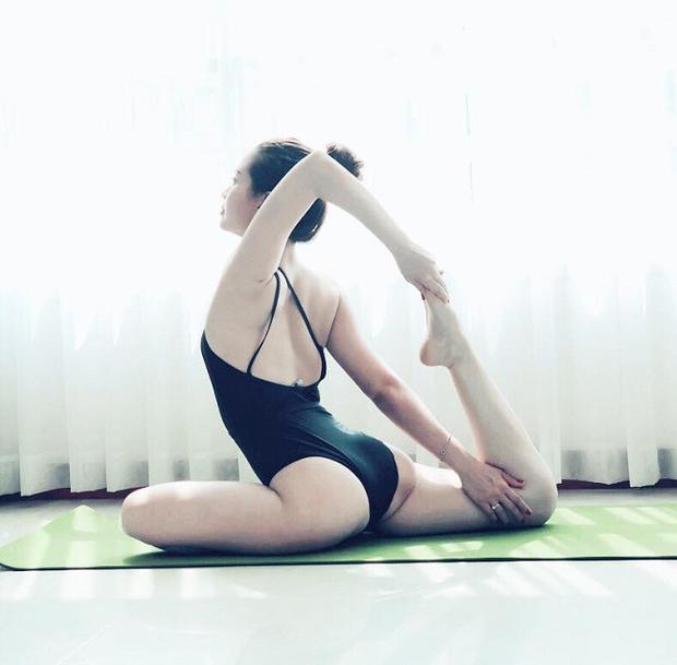 Từ sau khi sinh con, á hậu Diễm Trang đã tìm đến yoga để nhanh chóng lấy lại vóc dáng. Người đẹp chọn áo tắm để có thể thực hiện những động tác uốn dẻo mà không bị cản trở bởi trang phục.