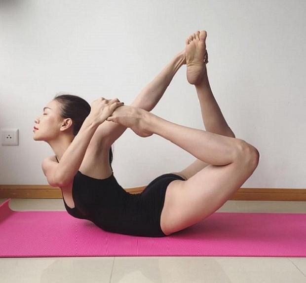Tập luyện yoga từ lâu, nên Trà Ngọc Hằng có thể làm được nhiều động tác khó, yêu cầu độ linh hoạt, dẻo dai của cơ thể.