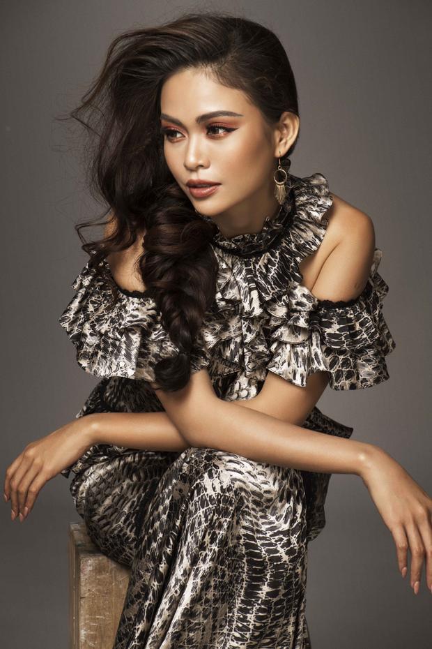 Với hai bộ trang phục do Lê Thanh Hòa thiết kế, Á hậu Mâu Thủy thể hiện sự đằm thắm nhẹ nhàng như những quý cô hiện đại.