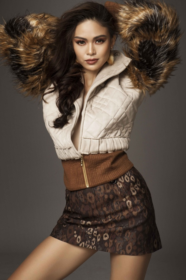 Gợi cảm là vậy, nhưng Mâu Thủy cũng rất cá tính với chiếc áo khoác đính lông phần tay.