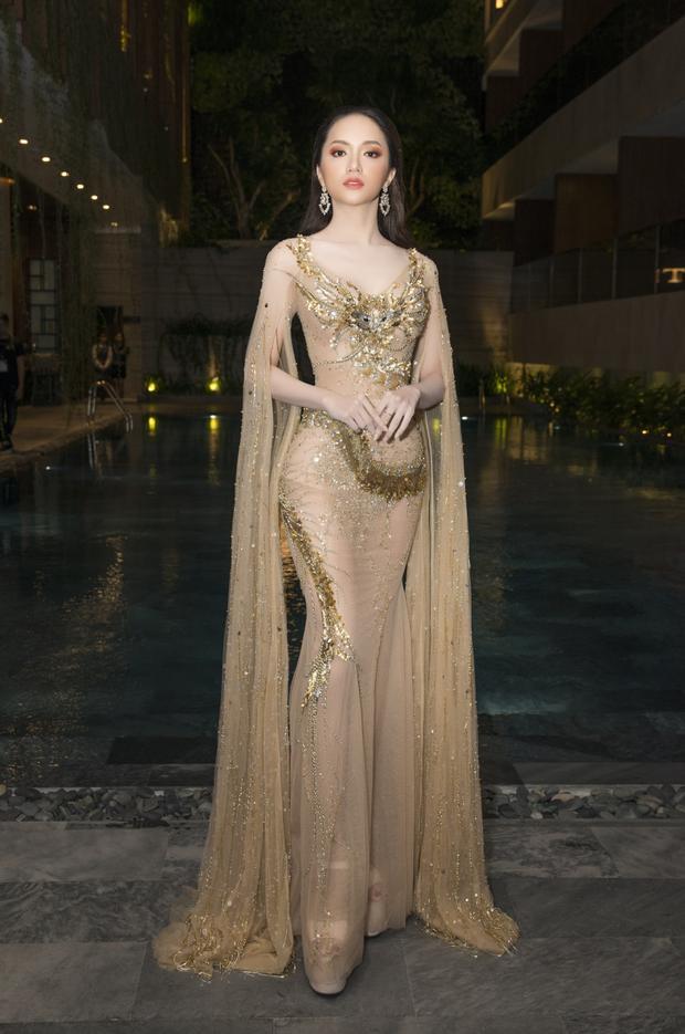 Hương Giang đẹp tựa nữ thần với đầm vàng lấp lánh.