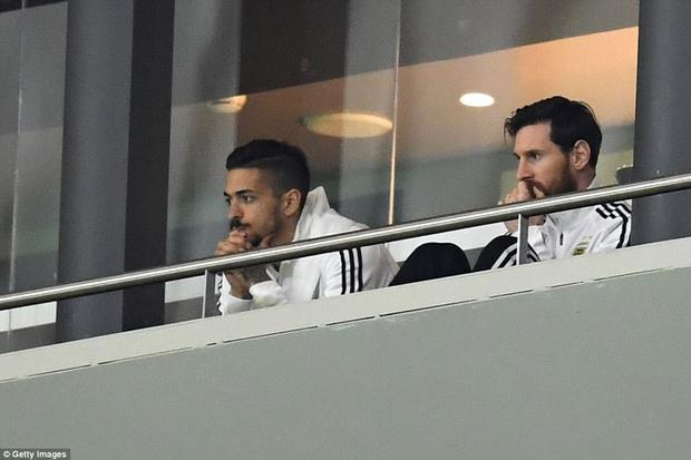 """Messi """"chết lặng"""" chứng kiến đội nhà bị đối thủ vùi dập."""