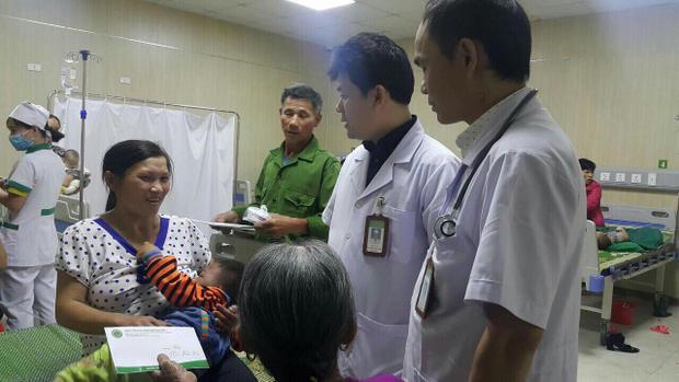 Cháu bé được các bác sĩ thăm khám.