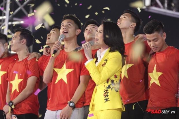 Cô cùng Hồng Duy Pinky song ca và có cả dàn đồng ca U23 phía sau, hàng chục nghìn khán giả đắm chìm trong sự xúc động đến rơi lệ với phần trình diễn này.