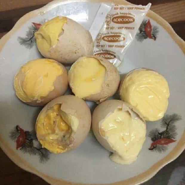 Những quả trứng ung luộc chín mà vẫn rỉ nước.