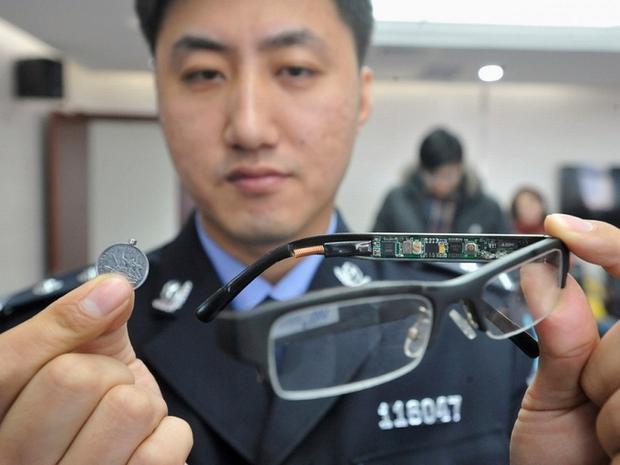 Chiếc kính có camera giấu kín và đồng xu này chứa máy thu loại bé.
