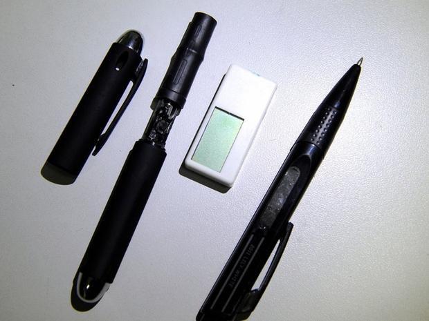 Một camera ẩn bên trong cây bút (thứ hai từ bên trái sang) và máy thu (receiver) được ngụy trang như chiếc tẩy bị cảnh sát tịch thu trong kỳ thi gaokao.