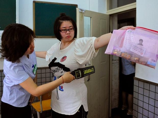 Thí sinh bị kiểm tra vô cùng gắt gao trước khi vào phòng làm bài