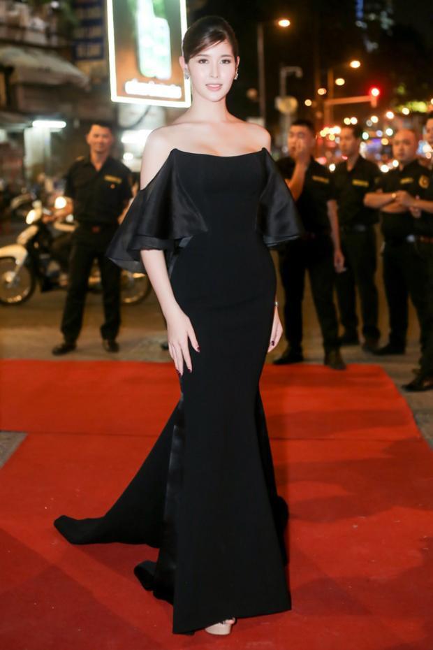 Tham dự một chương trình tại TP.HCM, Rock - Á hậu chuyển giới của Thái Lan năm 2017 khoe vai trần gợi cảm với chiếc váy đen phom đuôi cá. Người đep cũng không sử dụng quá nhiều phụ kiện ngoại trừ một đôi hoa tai nhằm thể hiện hết nét đẹp tinh giản của trang phục.