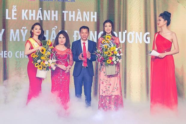 Trong thiết kế, Á hậu họ Ngô khoe vẻ đẹp thướt tha, không chỉ nổi bần bật mà còn giúp cô làm chủ được sân khấu.