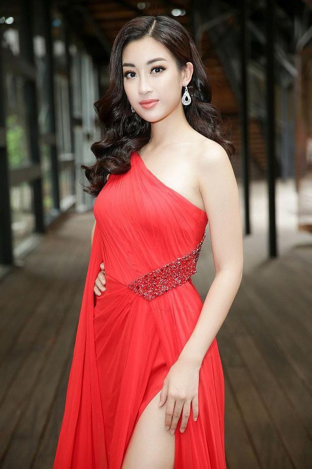 Người đẹp chọn cách trang điểm tự nhiên trong trẻo, nhẹ nhàng như không và mái tóc uốn lọn để xõa đơn giản để diện cùng bộ đầm xẻ lộng lẫy này.