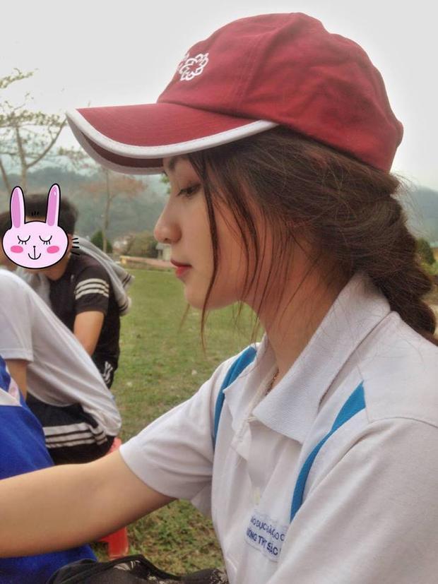 """Cô bạn Huyền Trang là lớp trưởng """"gây thương nhớ"""" khi diện đồng phục thể dục với góc nghiêng thần thánh."""