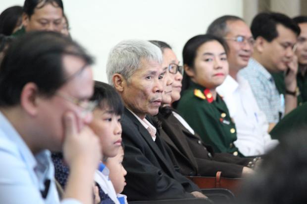 Bố của anh Ninh xúc động tại buổi lễ.
