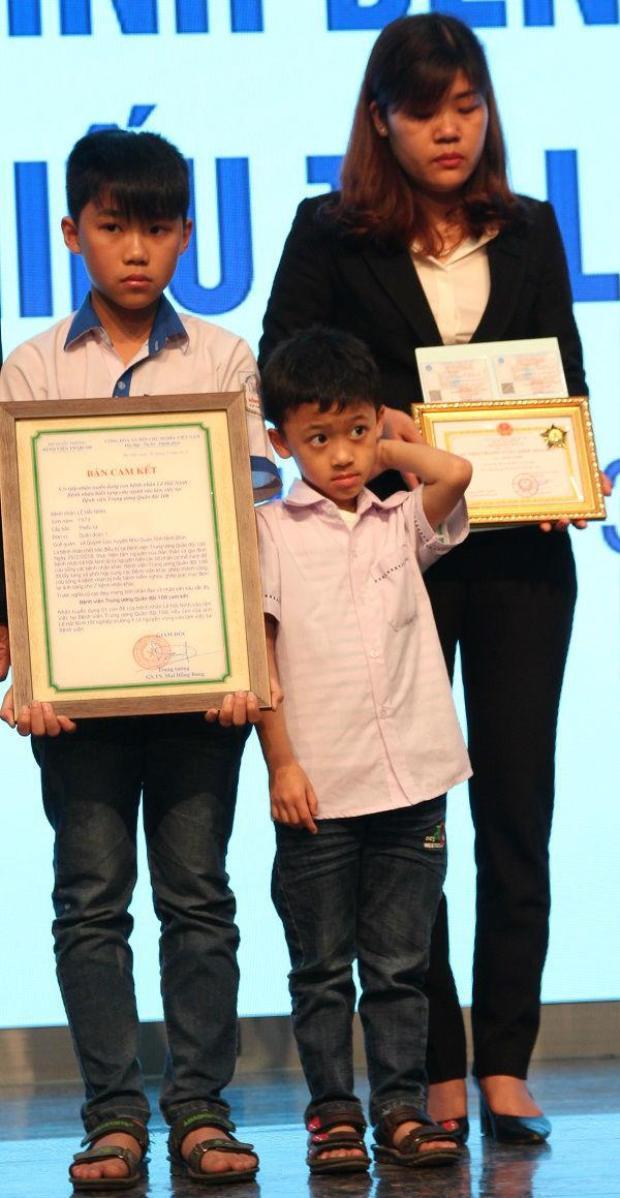 Chị Kiều - vợ anh Ninh cùng 2 con trai.