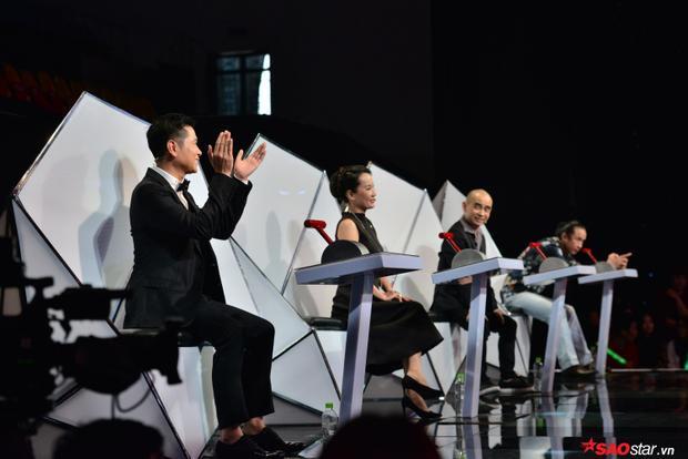 """Mặc dù bị """"ngăn cách"""" bởi HLV Giáng Son nhưng cặp bạn nhạc sĩ Hồ Hoài Anh - Đức Trí không ngừng ủng hộ nhau trên """"ghế nóng""""."""
