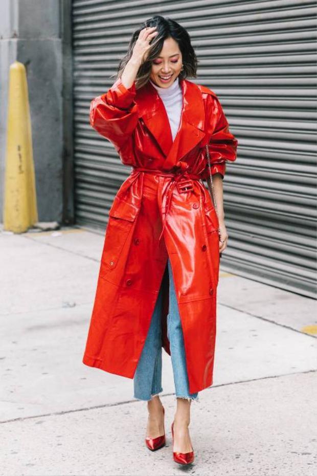 Nàng Bạch Dương thường rất tự tin, can đảm nhưng đôi khi vì thế cũng hơi chủ quan, cứng đầu. Vì vậy, không gì hợp hơn với chòm sao này là những chiếc áo khoác dáng dài, chất liệu PVC cá tính. Khi muốn trở nên nổi bật, nàng hoàn toàn có thể khoác chiếc áo này, lúc cần sự đơn giản, chỉ việc cởi áo và để lộ outfit basic phía trong.