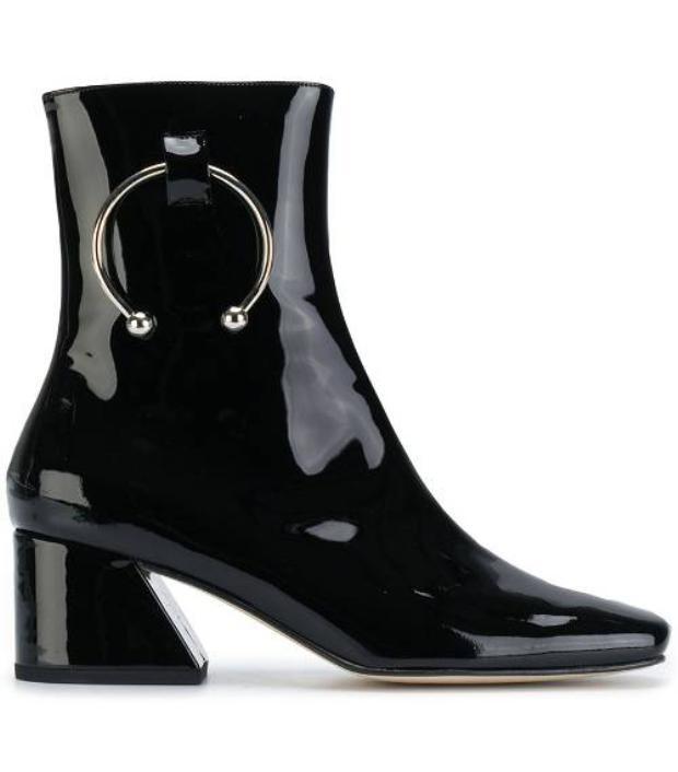"""Ngoài ra, các dạng boots cổ cao dễ dàng phối theo nhiều phong cách khác nhau cũng là một trong những item được dự đoán sẽ khiến các bạn gái Thiên Bình """"mê mệt""""."""
