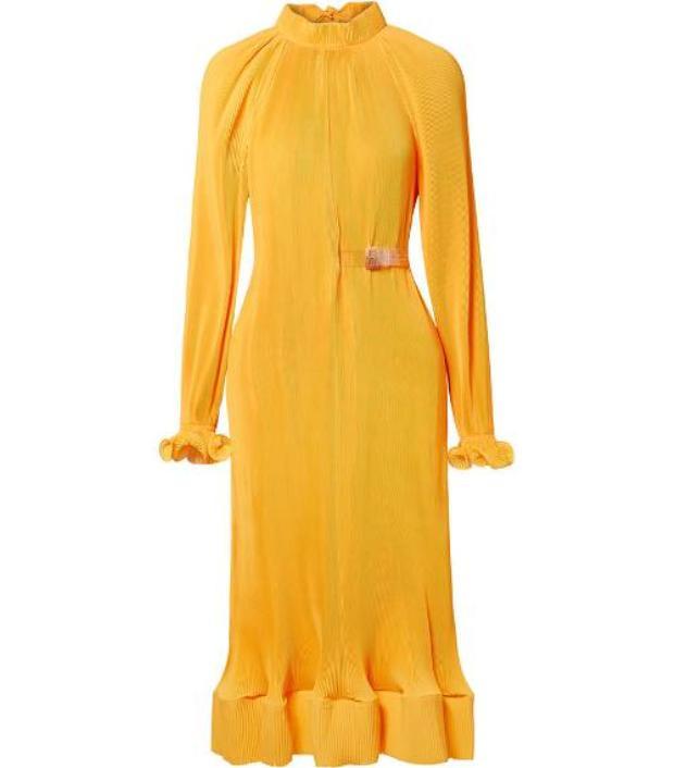 Cô gái Song Ngư chắc chắn sẽ vô cùng xinh đẹp với chiếc đầm màu vàng đất, lai váy cuốn bèo nhẹ nhàng này.