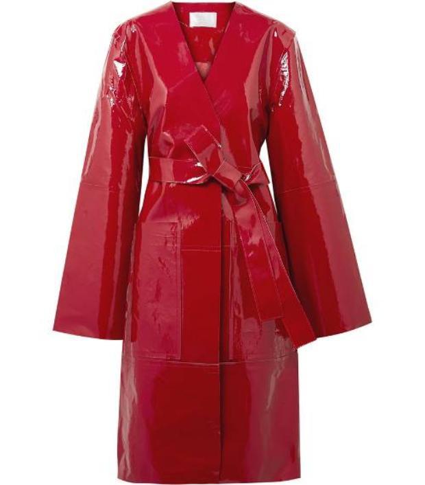 Năm nay, các thương hiệu thi nhau lăng-xê dạng áo khoác chất liệu PVC hay poli không thấm nước, đây là sự lựa chọn khá thích hợp cho cô nàng Bạch Dương cá tinh. Bên cạnh đó, những tông màu nổi cũng sẽ khiến bạn trở nên thu hút hơn trong mắt người đối diện.