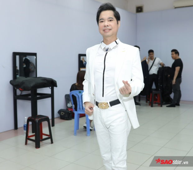 HLV Ngọc Sơn xuất hiện chỉn chu với vest trắng sang trọng.