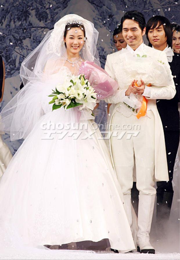 """Từng chụp ảnh thời trang áo cưới với Lee Jin Wook nhưng không thể cùng anh kết hôn. Có tin cho biết, Choi Ji Woo từng đau khổ rất nhiều vì phải chia tay Lee Jin Wook suốt một thời gian dài. Trong làng giải trí xứ Hàn, Lee Jin Wook cũng được xem là một """"Casanova"""""""