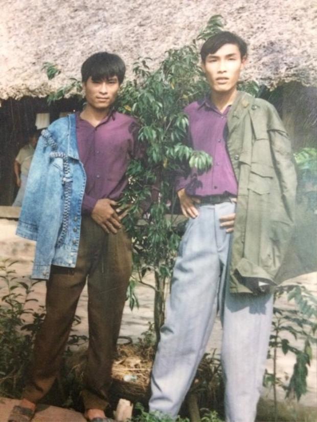 Phong cách khoác áo 1 bên vai này đã có từ thời bố mẹ chúng ta rồi đấy!