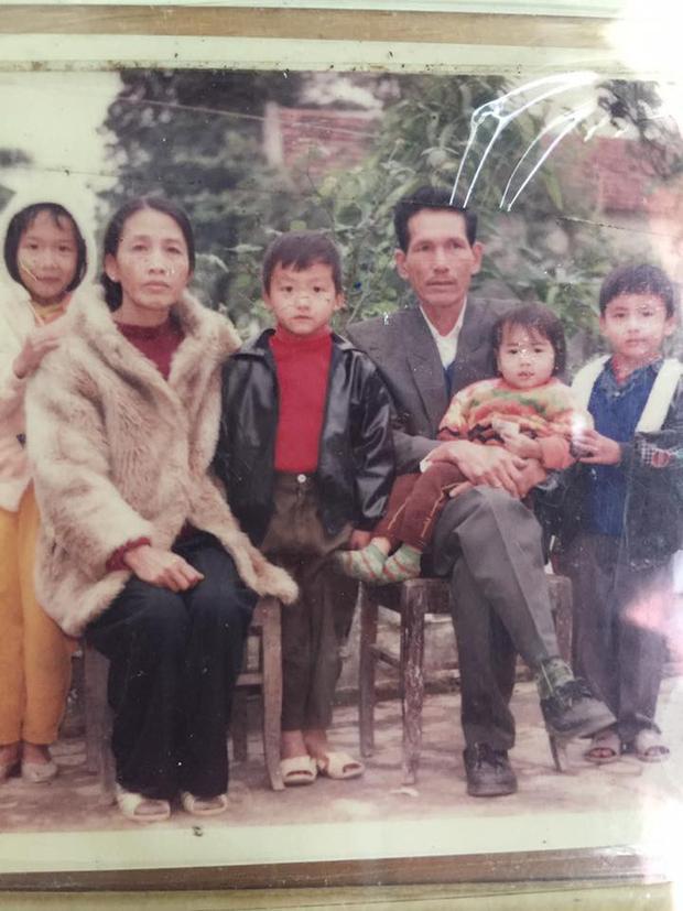 Ngày trước, đông con, hoàn cảnh khó khăn mà gia đình đã ăn mặc đẹp thế này rồi.