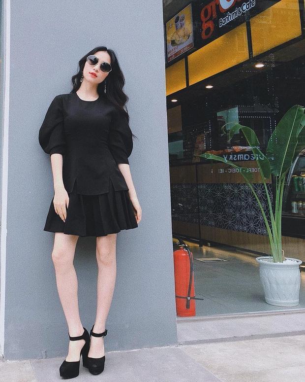 Hòa Minzy cũng ứng dụng chân váy đen tạo nên một diện mạo thanh lịch, sang trọng. Kể từ khi có người yêu đại gia, cô chưng diện hơn hẳn trước đây.