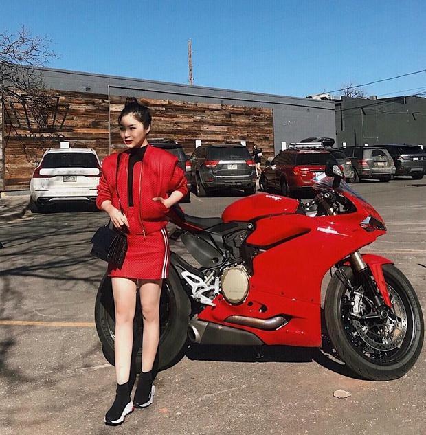 Hương Tràm nổi bật với cả set đồ đỏ chói! Chân váy da ngắn nửa đùi được cô kết hợp khéo léo cùng áo phông ôm sát, ca sĩ khoác thêm chiếc áo da để tránh nắng cũng như hoàn thiện set đồ.