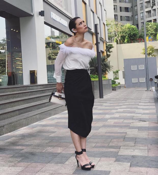 Lyly Nguyễn chọn chân váy phối cùng áo trễ vai. Đen - trắng là hai màu cơ bản trong trang phục của người mẫu lai Tây.