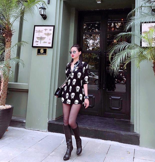 """Ngoài chân váy ngắn, còn một số kiểu đầm khác cũng khá được yêu thích trong những ngày đầu hè. Tâm Tít mặc sơ mi dáng dài cùng tất đen khoe vẻ quyến rũ hết mực. Đôi boots da giúp hình ảnh cô trông cá tính hơn, khác hẳn thời trang """"bánh bèo"""" trước đây."""
