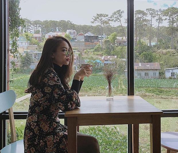 Yến Trang cũng diện đầm hoa, cô để tóc xõa, không mang nhiều phụ kiện mà chỉ phối cùng chiếc kính mát đơn giản để tránh đơn điệu.